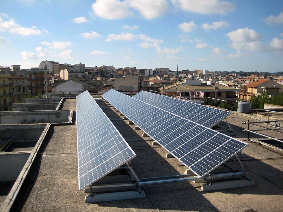 Impianto fotovoltaico installato sul tetto di un edificio