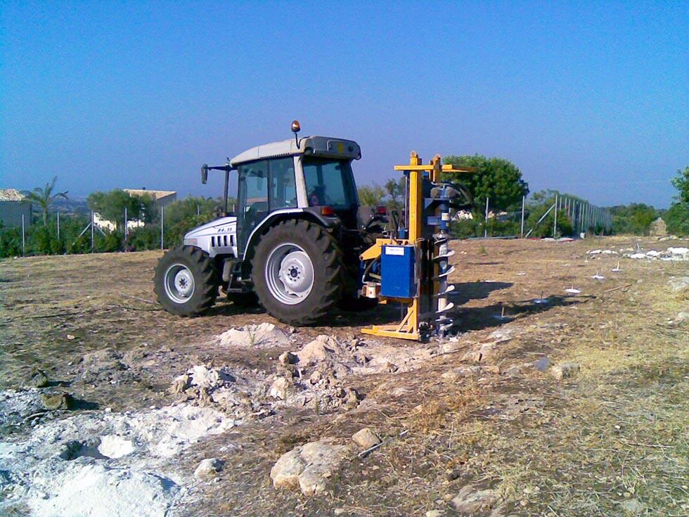 Foratura sul terreno per il fissaggio della struttura dell'impianto fotovoltaico