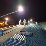 Tecnici specializzati nella rimozione amianto da lastre che compongono coperture industriali.
