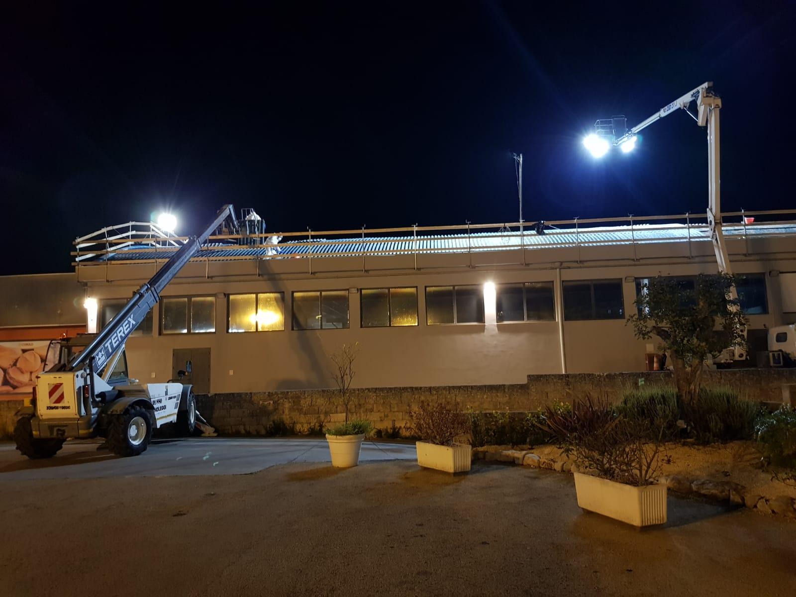 I tecnici IMP.EL. raggiungono la copertura dello stabile attraverso una gru con ponte di sollevamento. In questo modo, riescono a raggiungere punti alti degli edifici da trattare, quindi procedere con l'incapsulamento e la rimozione amianto dappertutto, laddove necessario.