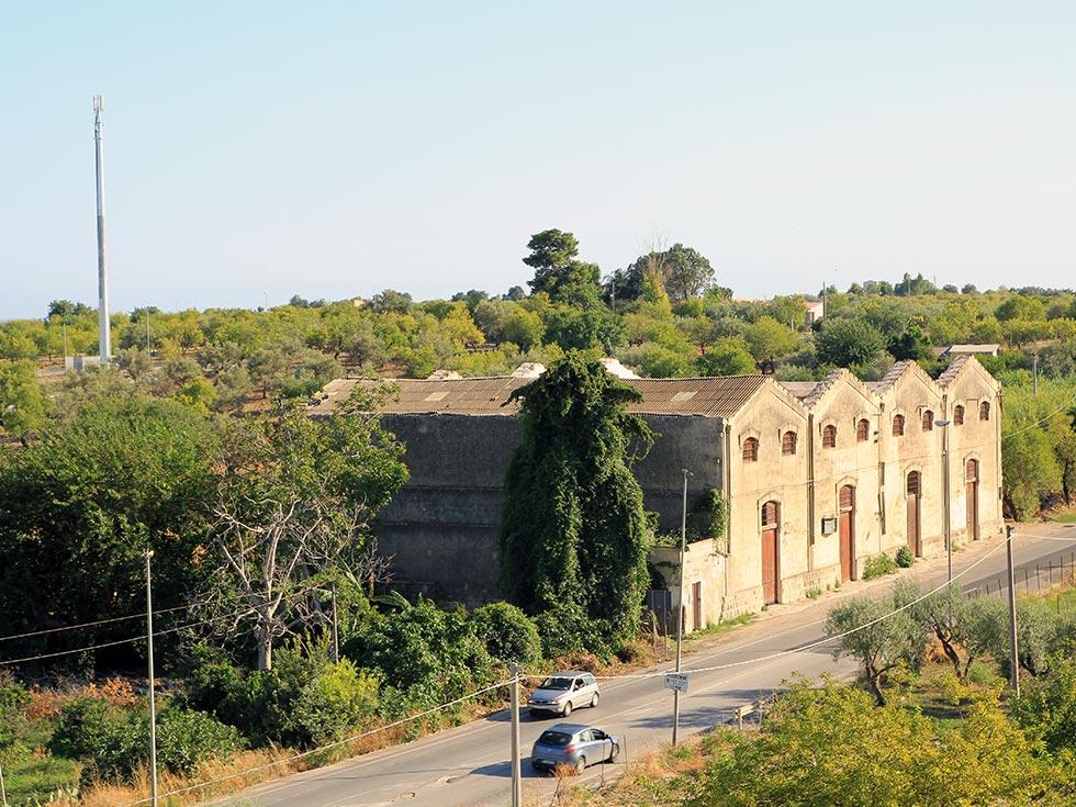 Vista dall'alto del capannone storico con la copertura in cemento amianto