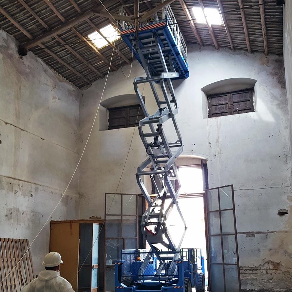 Con l'ausilio di una gru è stato possibile smaltire le lastre di amianto dalla copertura del capannone